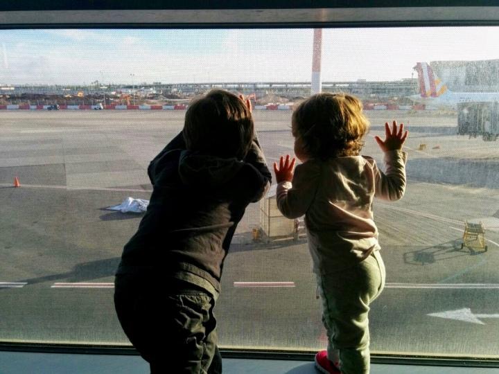 """Consigli per sopravvivere ad un viaggio in aereo con dei bambini """"under10"""""""